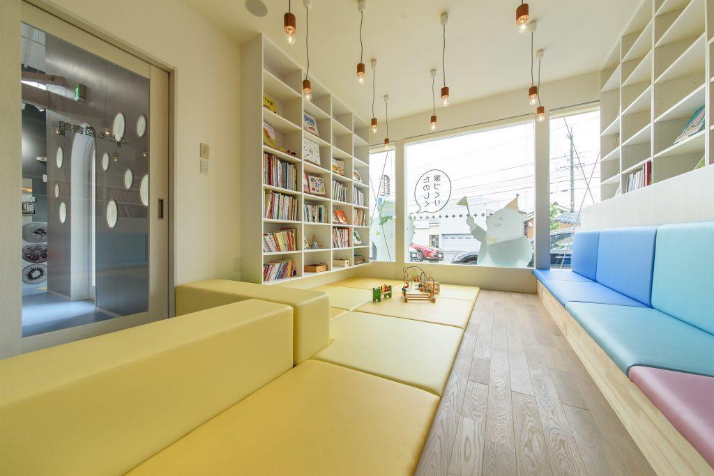 子供図書館の内装デザイン。カラフルで可愛いデザイン。