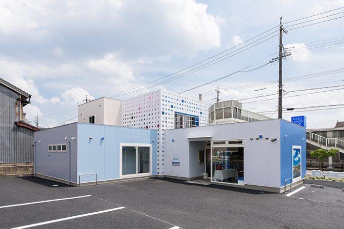 歯科医院の外観デザインです。 色彩にこだわったブルーがポイントで、小さな子どもから高齢の方まで幅広く通える、地域に寄り添った歯医者さんです。
