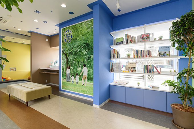 歯科医院の内装デザイン。 色彩にこだわったブルーがポイントのデザインです。