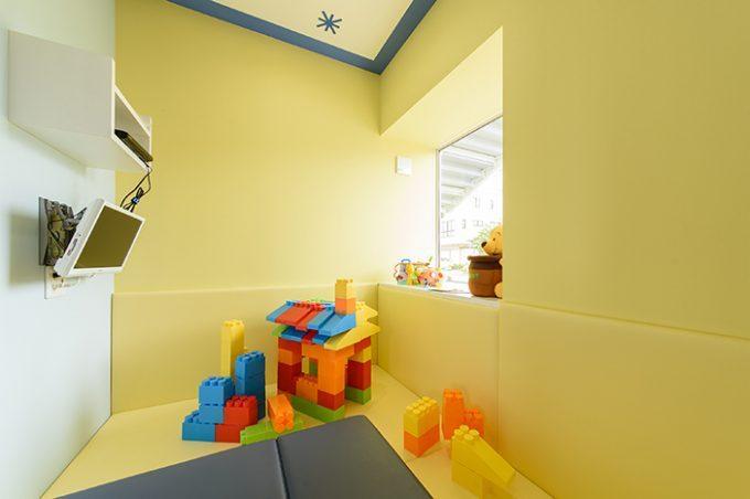 歯科医院の内装デザイン。 キッズルームはポップな色使いのデザインになってます。
