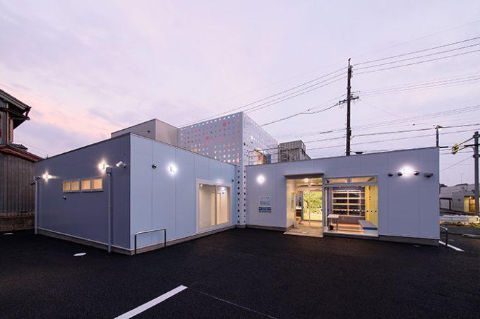 歯科医院の外観デザイン。 小さな子どもから高齢の方まで幅広く通える、地域に寄り添った歯医者さんです