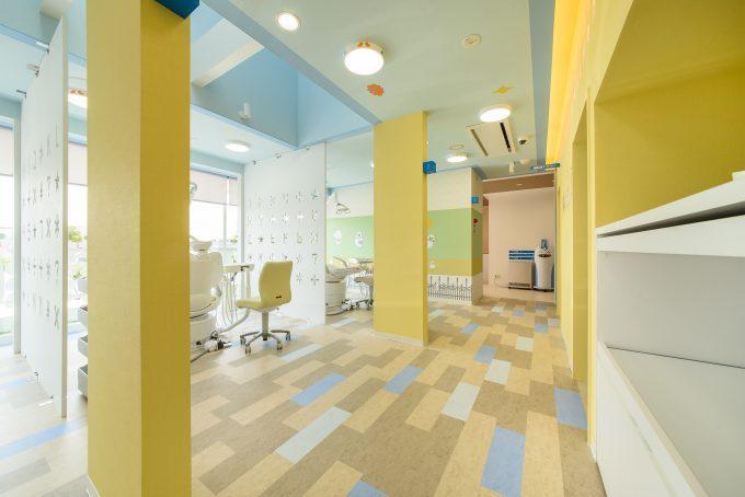 歯科医院の内装デザイン。 色彩豊かで親子で楽しく行けるような空間デザインです。
