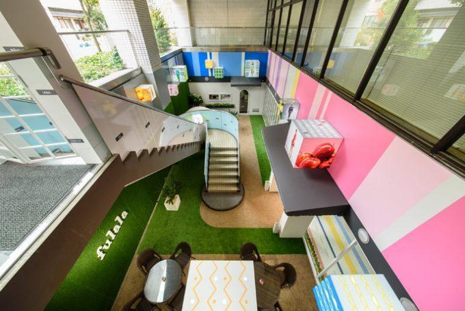 エステサロンの内装デザイン。キュートな色使いが印象的な可愛い空間です。