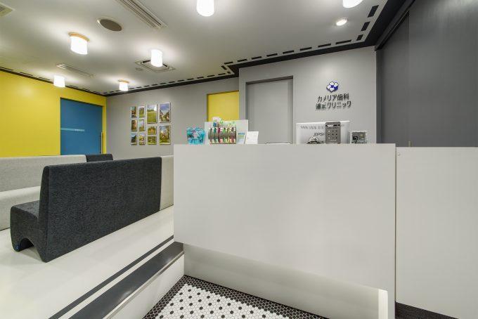 歯科医院の内装デザイン。 ポップな色彩とシックな色彩とを上手く融合したデザインです。