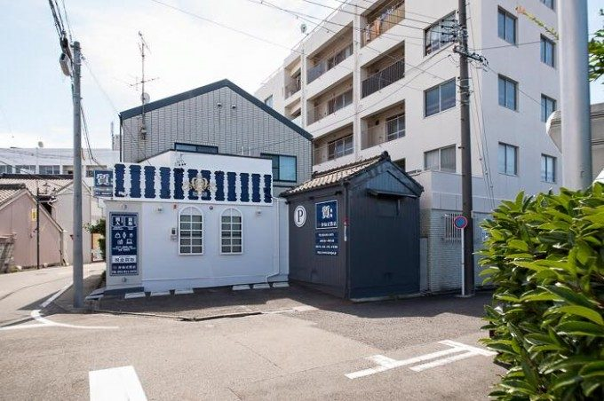 質屋さんの外観デザイン。 昭和26年が創業の老舗の質屋さんの雰囲気を大事にしながら、女性でも入りやすい質屋さんを意識したデザインです。