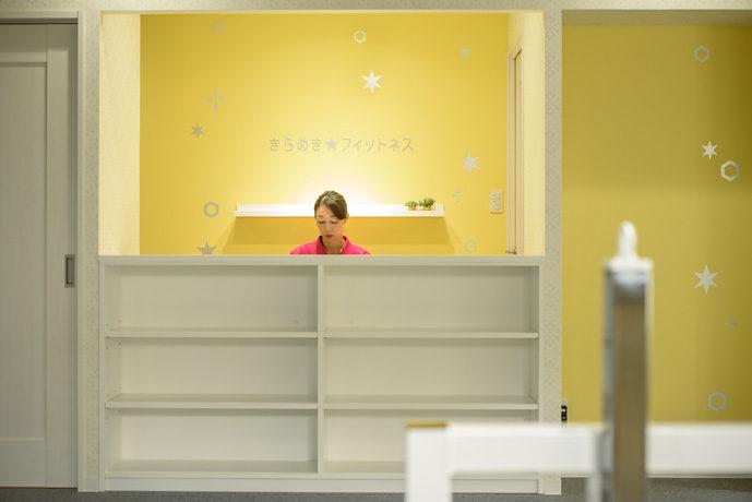 フィットネスジムの内装デザイン。 女性が元気になるための空間として、明るく上品なカラーでコーディネイトした、女性向け会員制ジムです。