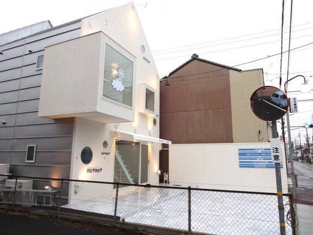 動物病院の外観デザイン。 真っ白の外壁に三角屋根の可愛いデザインです。