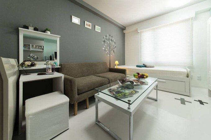 マンションの個室の内装デザイン。 外国人受けが良さそうな立地に、グレーと白を基調とした落ち着いたデザインのリノベーション物件です。
