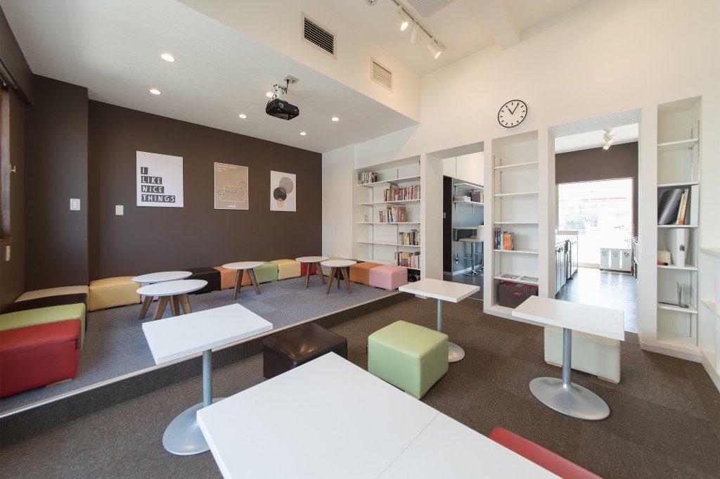 シェアハウスの内装デザイン。 各フロアごとにテーマカラーがある空間デザインになっています。