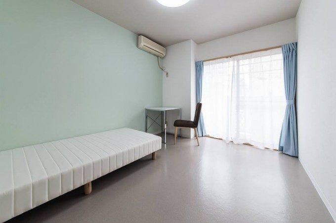 シェアハウスの個室の内装デザイン。 パステルカラーの壁紙を使った柔らかい雰囲気のデザインです。